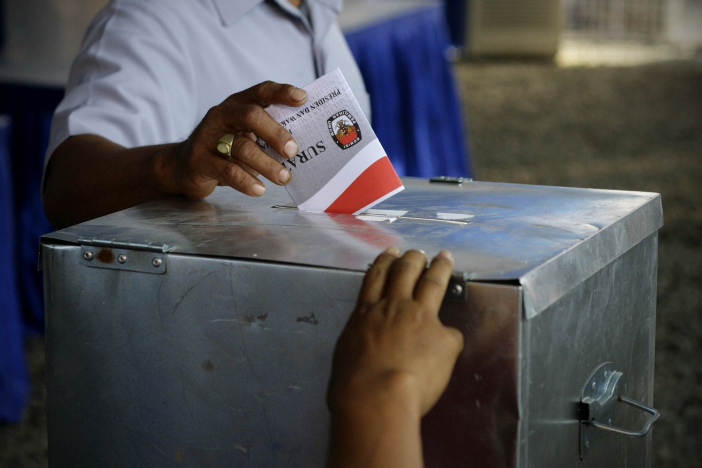 JAKARTA, INDONESIA - JULY 08: A voter casts his ballot as Indonesians go to the polls to vote in Indonesia's Presidential Elections on July 8, 2009 in Cikeas, Indonesia. Indonesia's Presidential elections will elect the new President and Vice President of Indonesia for the 2009-2014 period.  Incumbent Yudhoyono is expected to win this election and his second term. (Photo by Ulet Ifansasti/Getty Images)