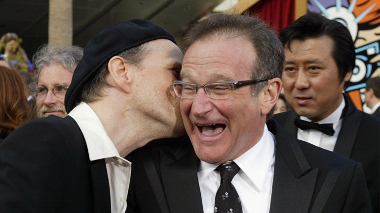 HOLLYWOOD, CA - FEBRUARY 29:  Actors Bob Goldthwait (L) and Robin Williams attend the 76th Annual Academy Awards at the Kodak Theater on February 29, 2004 in Hollywood, California.  (Photo by Carlo Allegri/Getty Images)