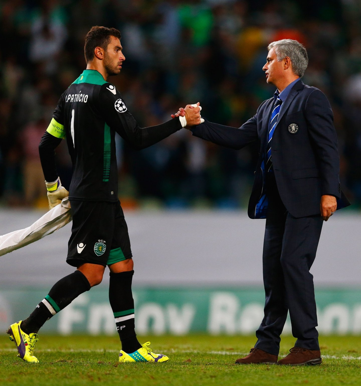 LISBON, PORTUGAL - SEPTEMBER 30:  Jose Mourinho manager of Chelsea shakes hands with Rui Patricio of Sporting Lisbon after the UEFA Champions League Group G match between Sporting Clube de Portugal and Chelsea FC at Estadio Jose Alvalade on September 30, 2014 in Lisbon, Portugal.  (Photo by Julian Finney/Getty Images)