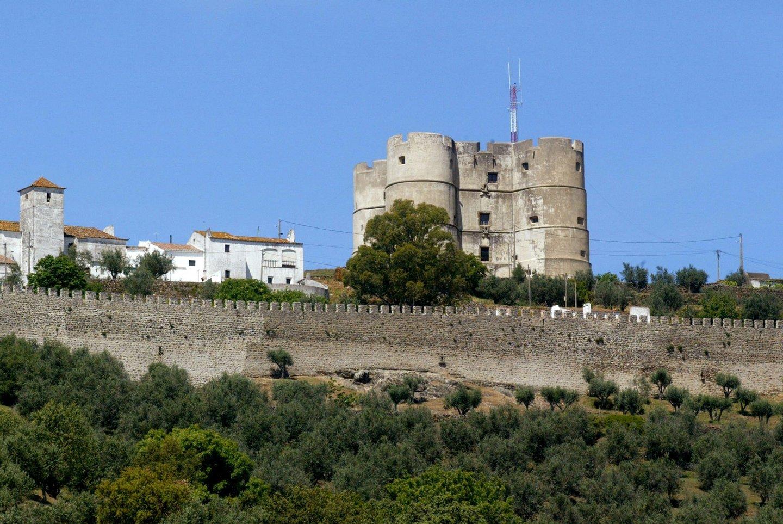 Património: Antena instalada no castelo de Evoramonte que provocou polémica vai ser substituída.
