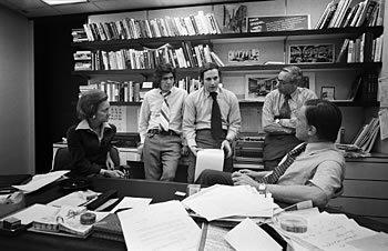 Os jornalistas do caso Watergate, Woodward e Bernstein, reunidos com a Publisher, Katharine Graham, e Ben Bradlee