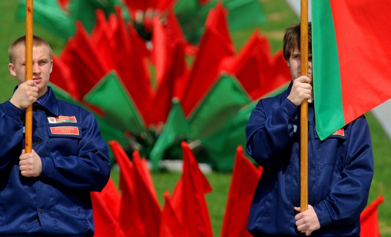 Membros da BRSM num desfile do 1º de maio, em Minsk. (VIKTOR DRACHEV/AFP/Getty Images)