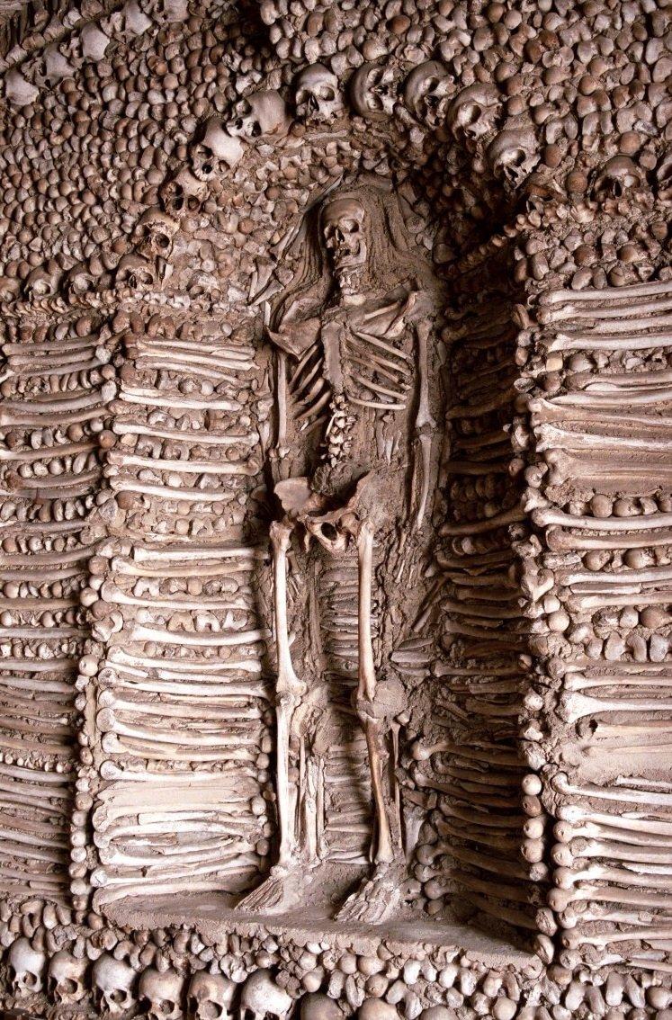 Esqueleto na capela de Campo Maior