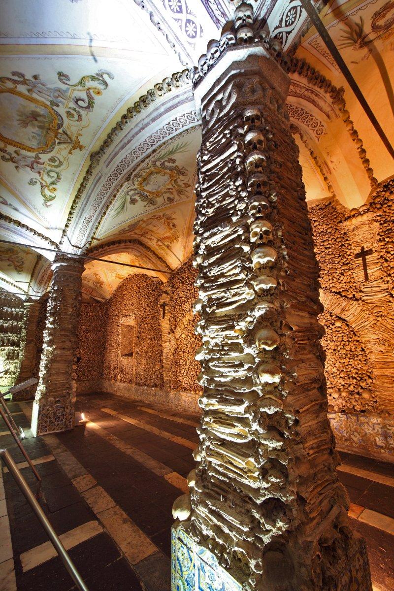 Pilares laterais da capela de Évora