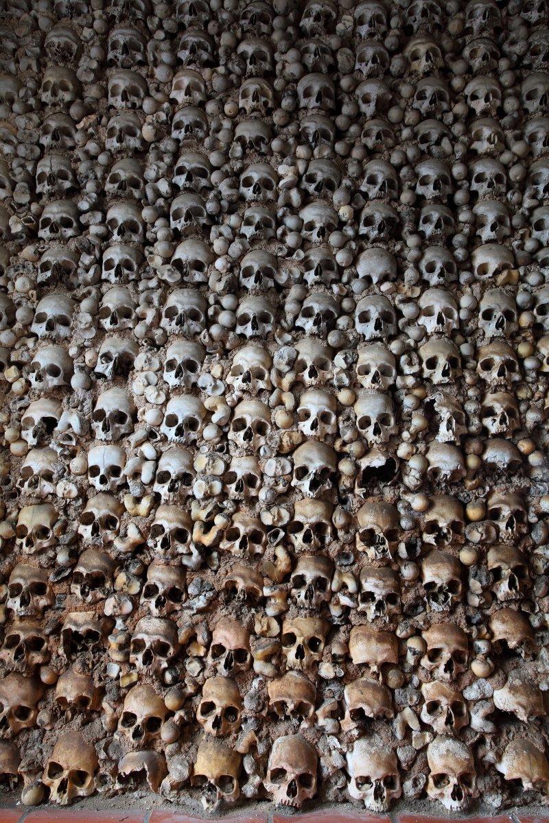 Paredes decoradas com crânios na capela de Monforte
