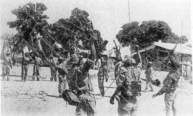 Militares da Frelimo comemoram a conquista da base Omar