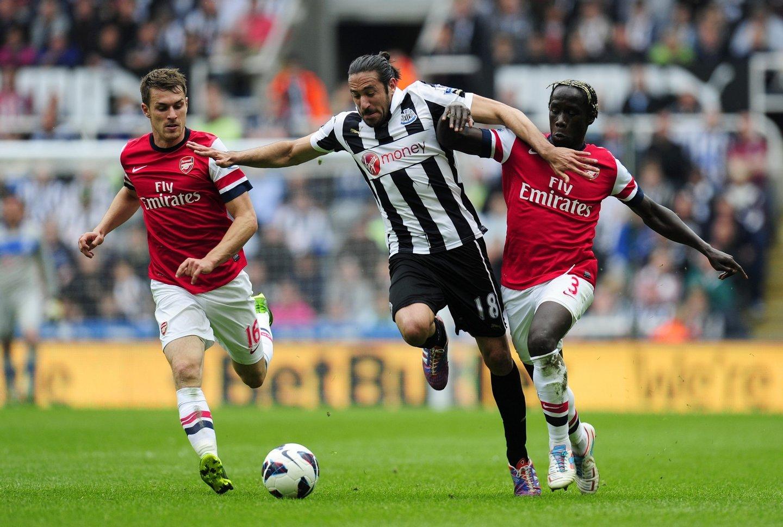 Jonás Gutiérrez começou a sentir dores no testículo após um choque com Bacary Sagna, no Newcastle-Arsenal jogado a 19 de maio de 2013