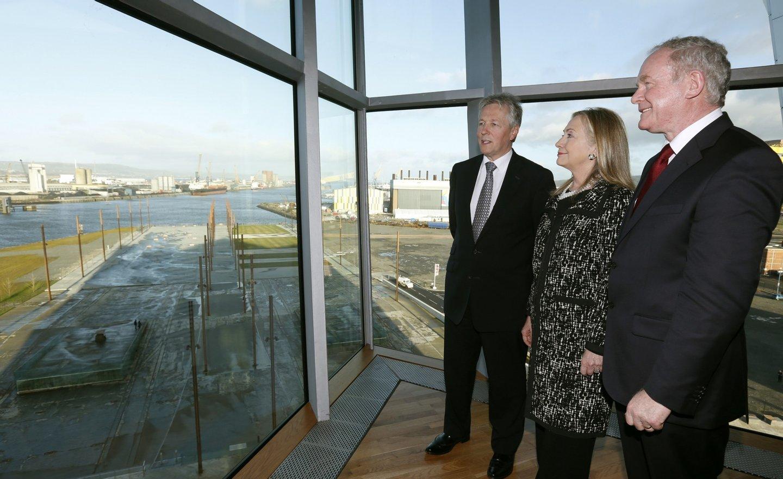 Fis sempe frequentes telefonemas ao primeiro-ministro Peter Robinson, ao primeiro-ministro adjunto, Martin McGuiness (aqui a ver a doca onde foi construído o Titanic)