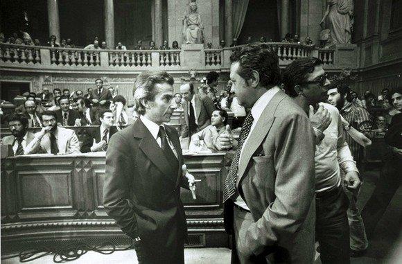 26. Sá Carneiro e Soares à conversa no parlamento. E um cigarro à espera nas mãos do líder do PPD.