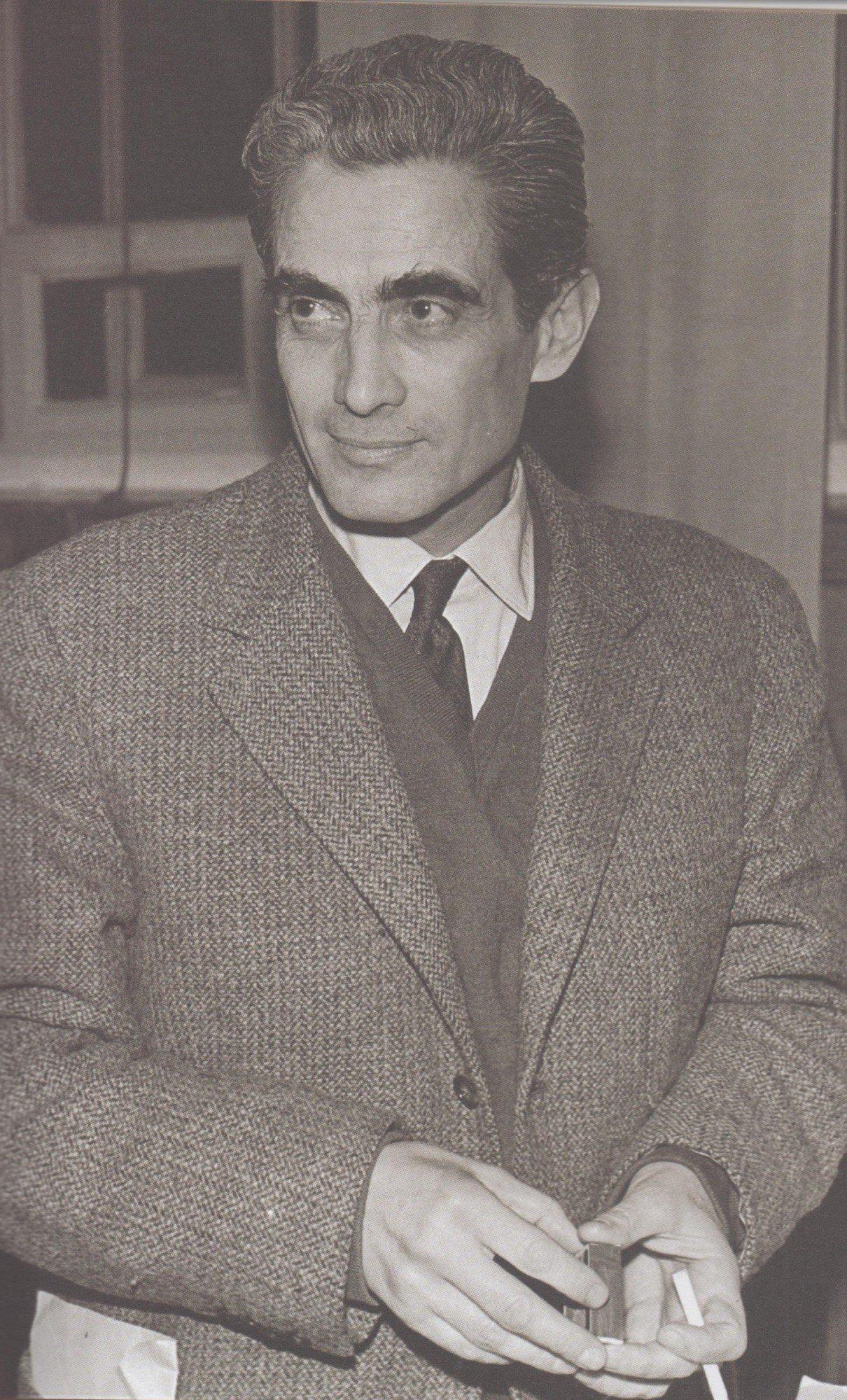 33. Álvaro Cunhal afinal também fumava. Mas na URSS e nos anos 50. (foto in Alvaro Cunhal no país dos Sovietes)