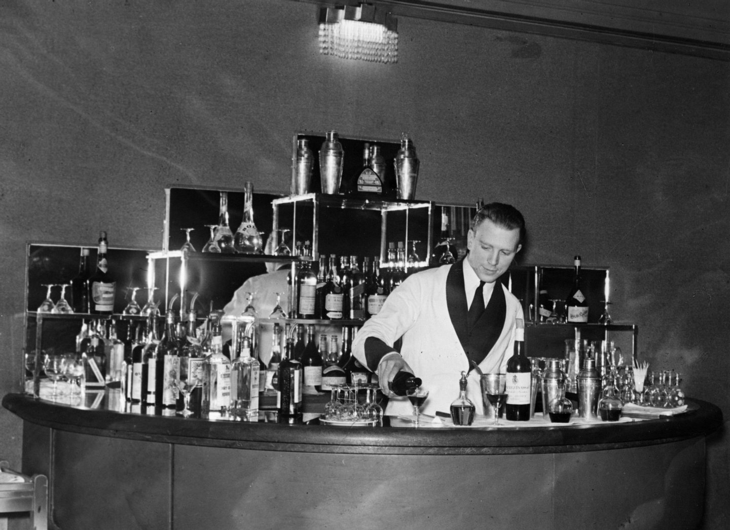 6th April 1932: The cocktail bar of the Monseigneur in London. (Photo by Sasha/Getty Images)