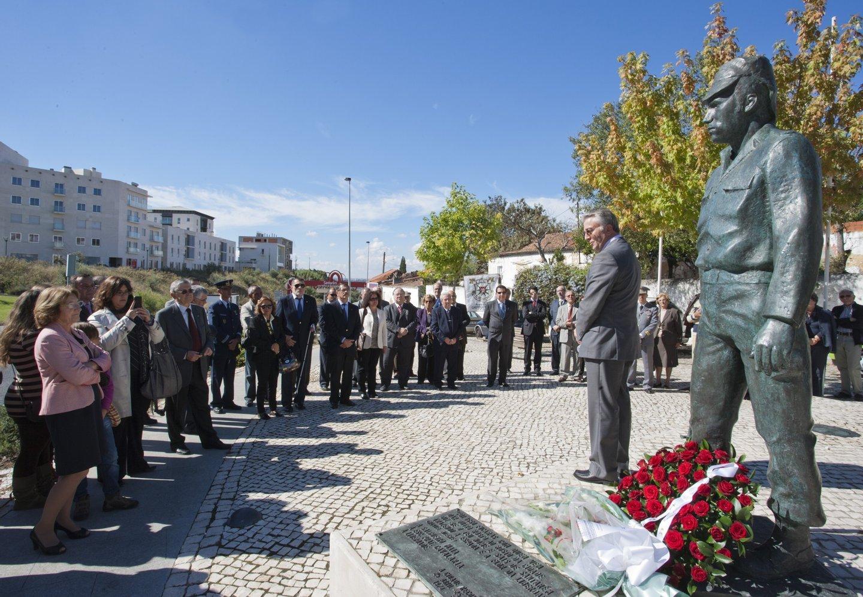Santarém, 20/10/2012 - Homenagem a Salgueiro Maia junto da sua estátua em Santarém. O coronel Pereira Cracel discursa (César Cordeiro / Global Imagens)