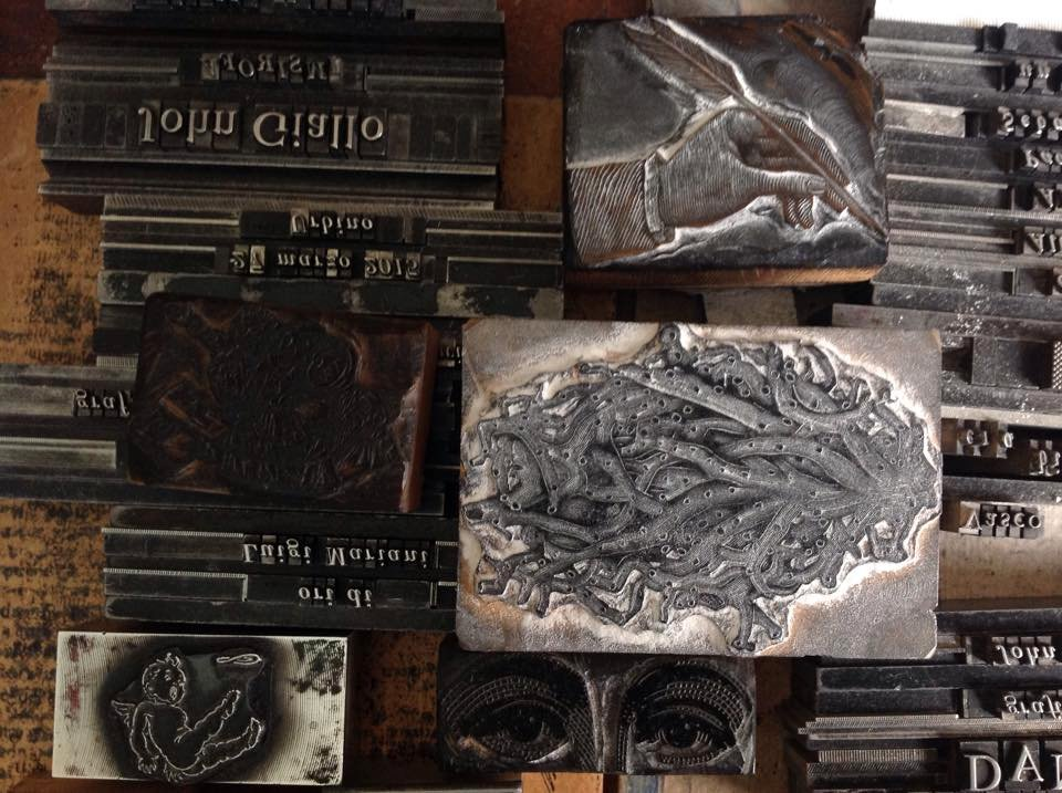 Imagem das placas de metal usadas na manufactura dos livros