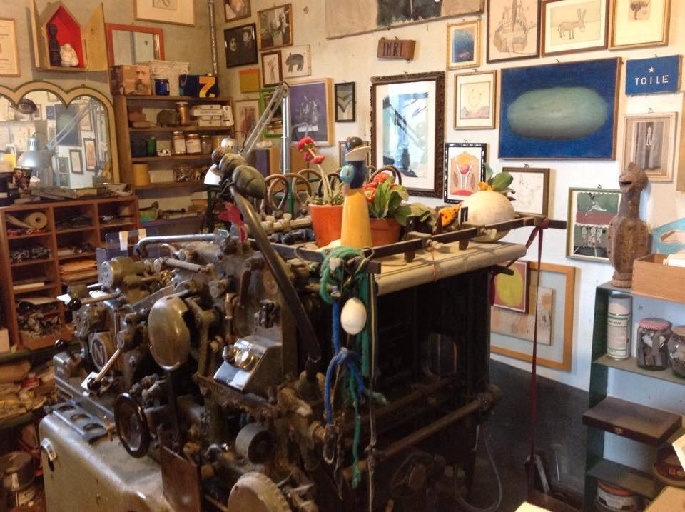 Máquina tipográfica no meio da sala de Alberto Casiraghy