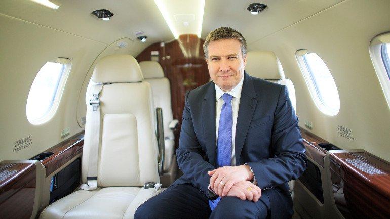 Mark Wilson, presidente da NetJets Europe, a bordo de um dos novos Embraer Phenom. Foto: NetJets.