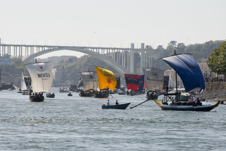 Vila Nova de Gaia, 24/06/2013 - Realizou-se hoje à tarde a regata de barcos Rabelos no rio Douro entre o Cabedelo e a ponte D. Luis I no Porto. ( Pedro Correia / Global Imagens )