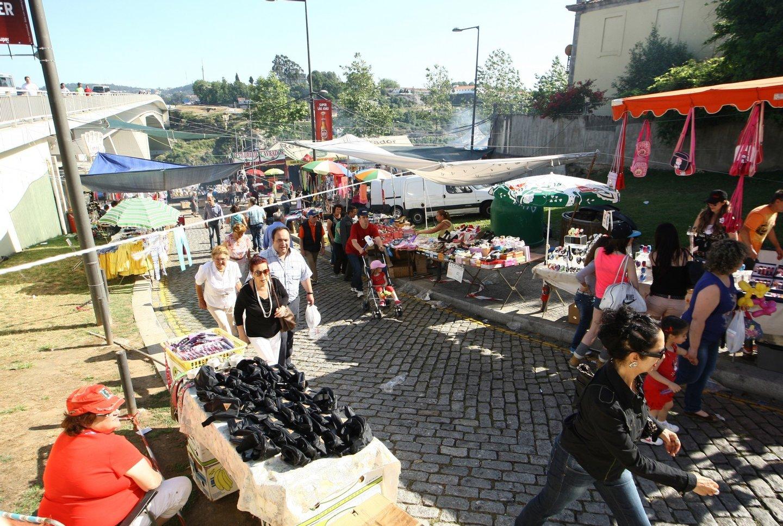 Porto, 23/ 06 / 2013 - Festejos da festa de são joão na cidade do Porto. Comerciantes nas Fontaínhas aguradam a noite festiva. ( José Mota / Global Imagens )