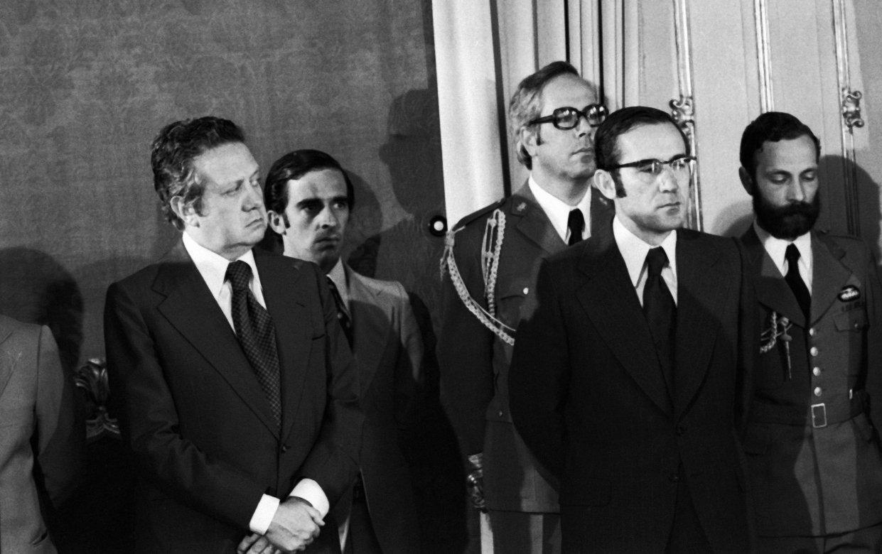 29/08/1976 Ramalho Eanes (direita), presidente português durante a posse ao Ministro da República dos Açores, General Galvão de Figueiredo. Presente Mário Soares (esquerda) Foto de João Ribeiro