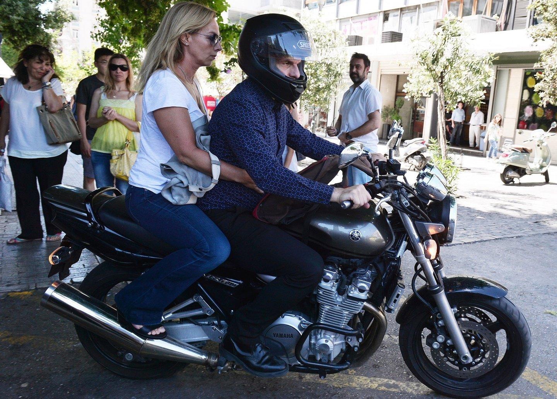 Varoufakis abandona o ministério com a sua mulher Danai, como pendura. O antigo ministro costuma deslocar-se para o ministério de mota no seu dia-a-dia.