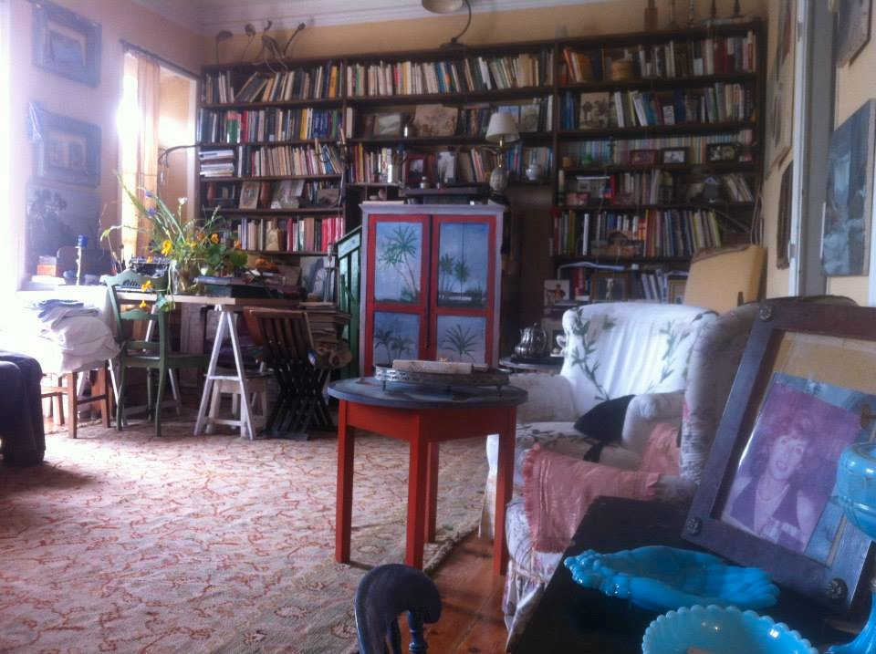 A sala com os livros de Isabel da Nóbrega