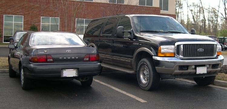 Ford_Excursion_and_Toyota_Camry