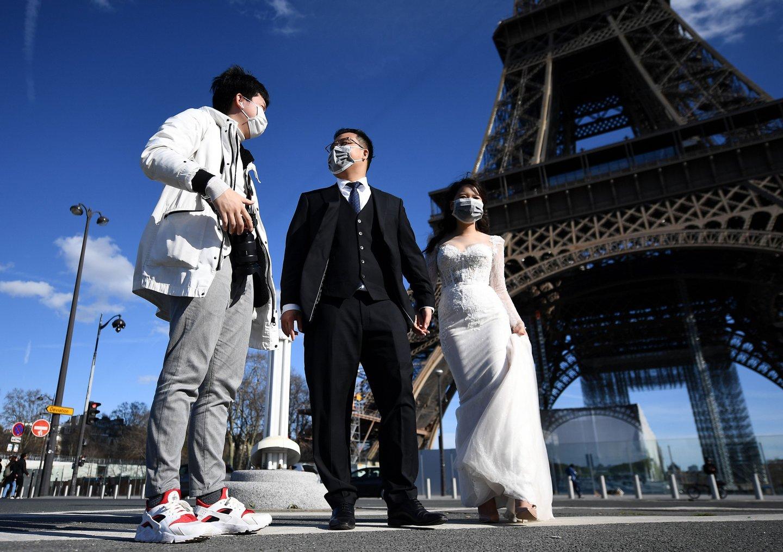 Noivas de máscara, bodas adiadas e profissionais a fazer