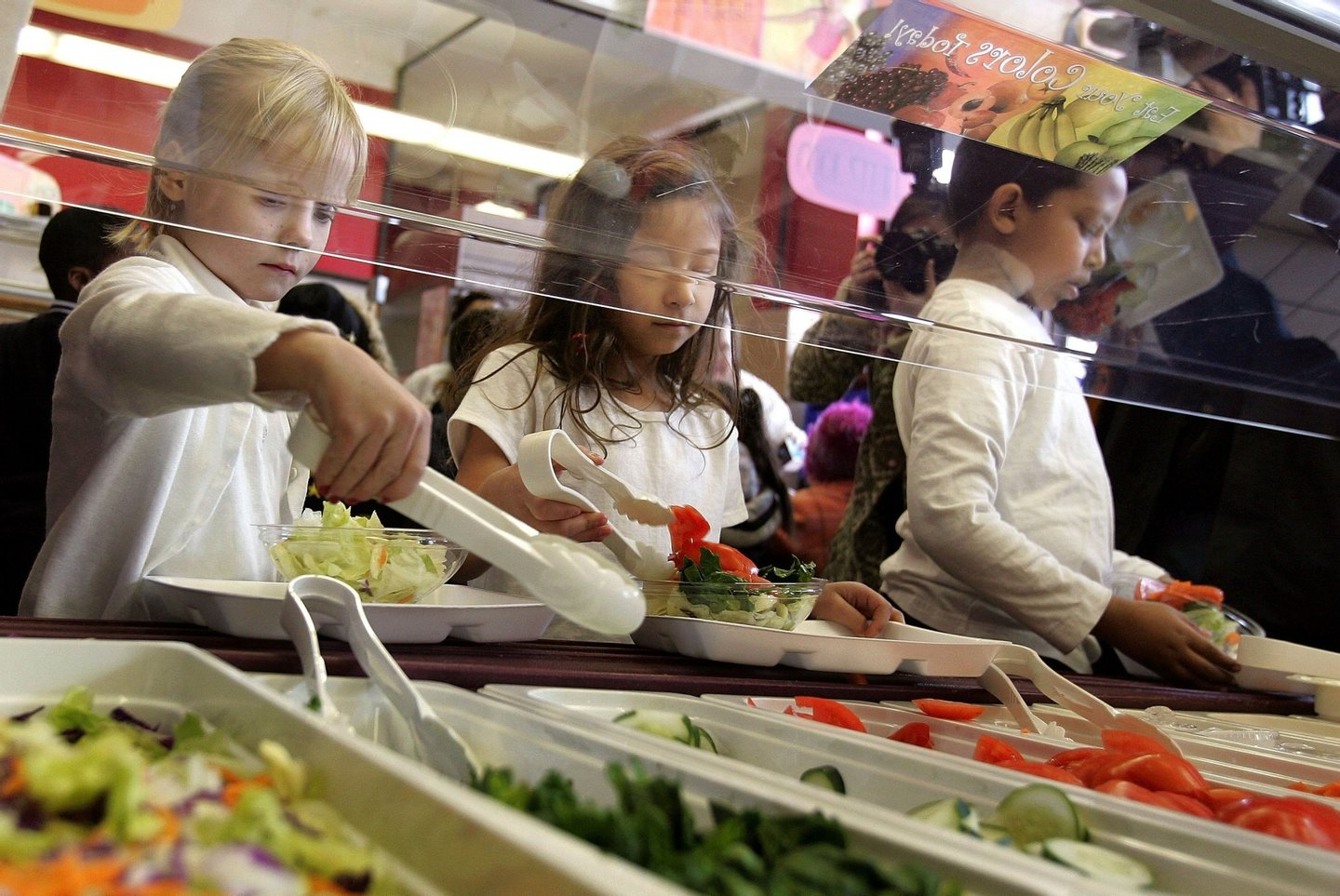 "CHICAGO - MARCH 20: Students at Nettelhorst Elementary School, on lunch, dig into a salad bar in the school's lunchroom March 20, 2006 in Chicago, Illinois. U.S. Senator Dick Durbin (D-IL) stopped by the school to visit the new lunch program called, ""Cool Foods,"" as part of the Healthy Schools Campaign. Nettelhorst is one of three Chicago public schools participating in the new lunch program offering salad bars. (Photo by Tim Boyle/Getty Images)"