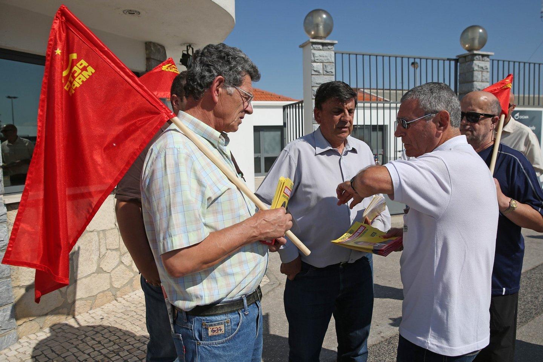 O primeiro candidato por Lisboa do PCTP/MRPP, Garcia Pereira, conversa com camarada de partido numa ação de propaganda junto dos operários das OGMA (Alverca), 30 de setembro de 2015 em Alverca. TIAGO PETINGA/LUSA