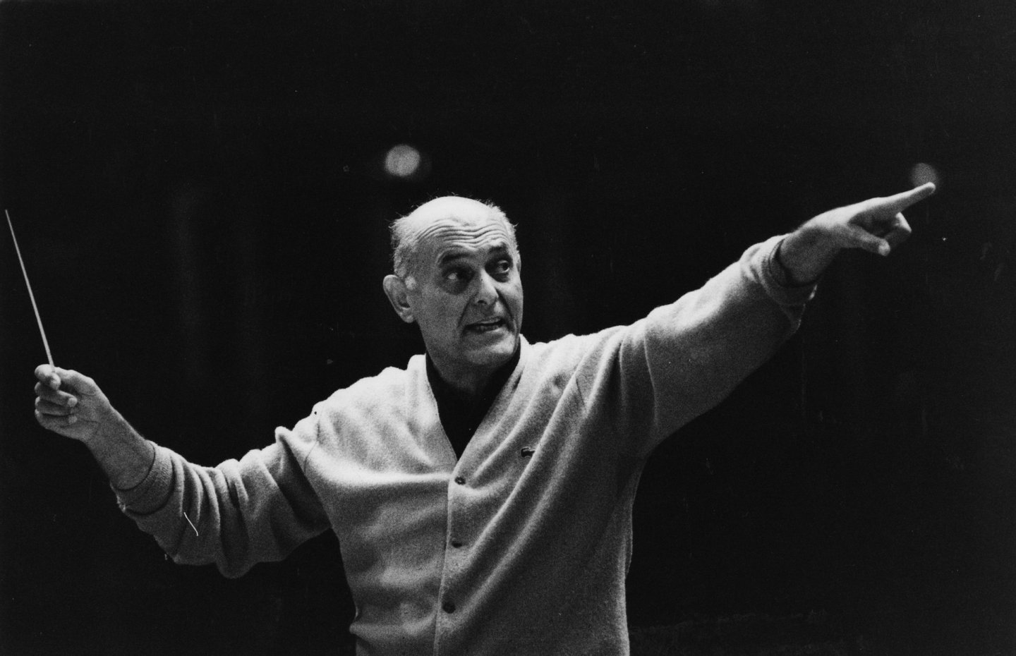 Hungarian-born Sir Georg Solti (1912 - 1997) conducting the Chicago Symphony Orchestra at the Albert Hall. Solti toured extensively with the CSO after his appointment as their conductor in 1969. Original Publication: People Disc - HL0236 (Photo by Evening Standard/Getty Images)