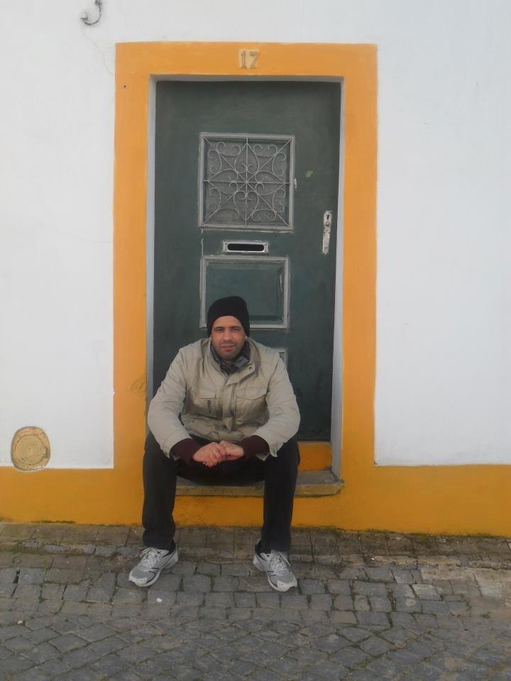 Bruno à porta da casa dos bisavós, na aldeia de Montalvão, Nisa, Alentejo