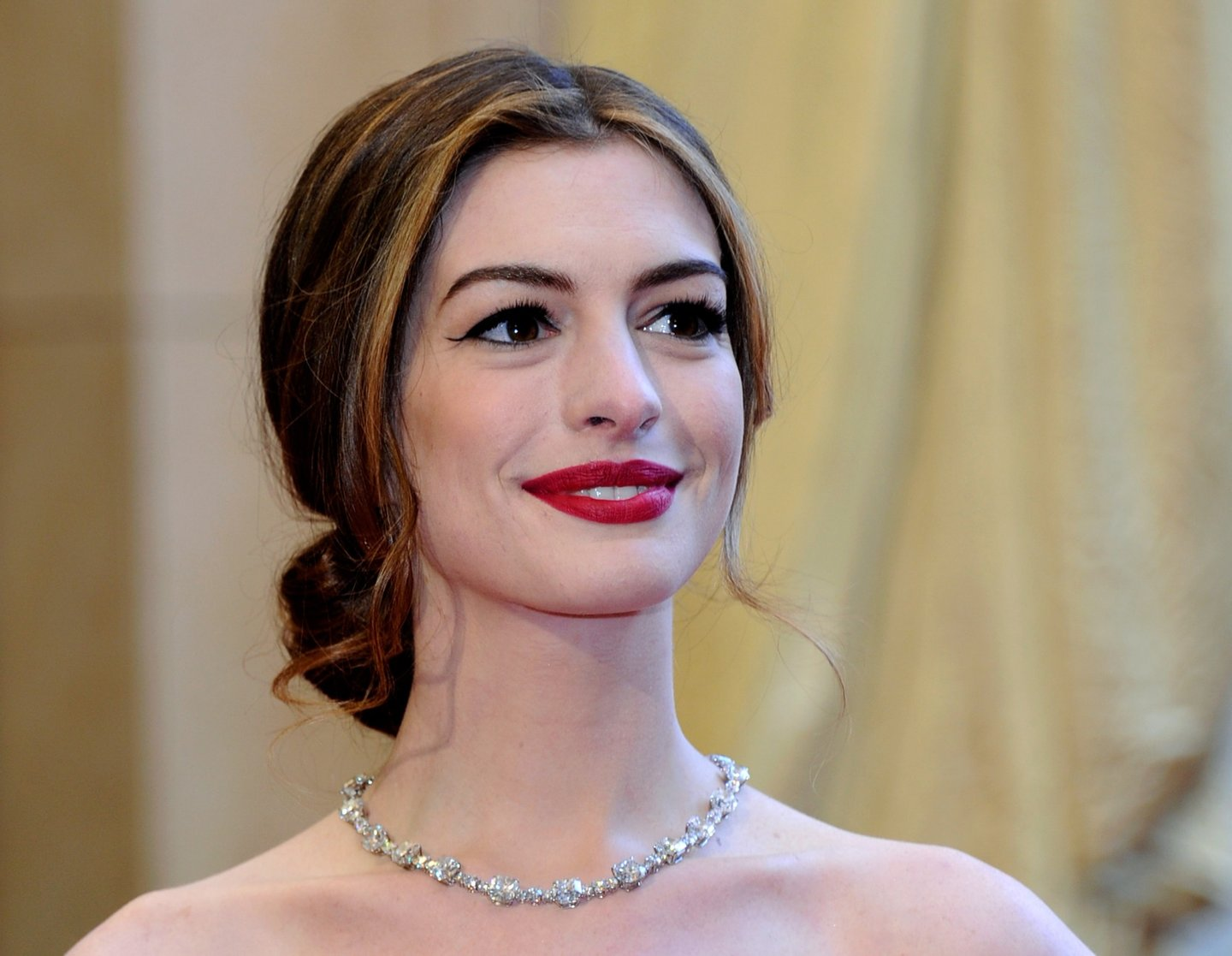 HOLLYWOOD, CA - FEBRUARY 27: Actress Anne Hathaway arrives at the 83rd Annual Academy Awards at the Kodak Theatre February 27, 2011 in Hollywood, California. (Photo by Ethan Miller/Getty Images)