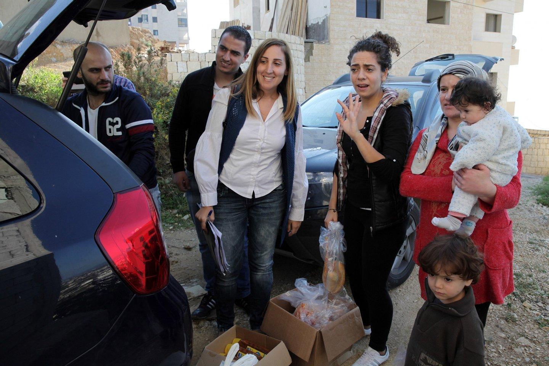 Os refugiados sírios, Tania Karban (C), Joelle (2D) e Bashir (E) e Nazeer Zeitour, trabalham para a JRS e ajudam e distribuem bens alimentares a outros refugiados do seu país. (19 de novembro de 2015). NUNO VEIGA/LUSA
