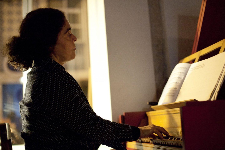 Joana Bagulho a tocar cravo numa das sessões de poesia do bar Irreal