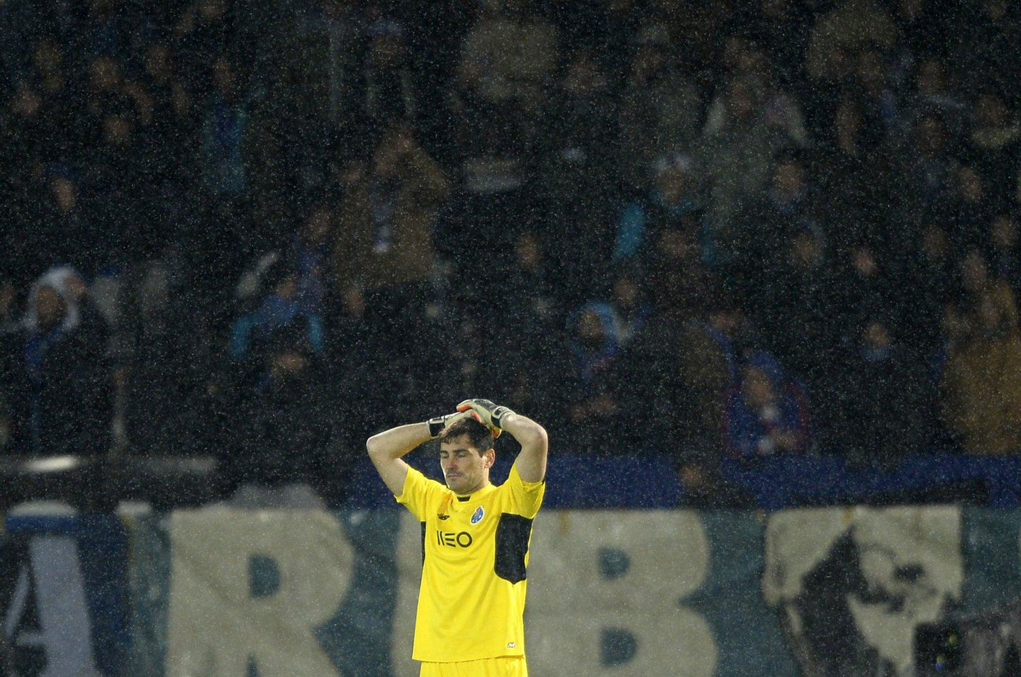 Porto's Spanish goalkeeper Iker Casillas gestures at the end of the Portuguese league football match Vitoria Guimaraes SC vs FC Porto at the Dom Alfonso Henriques stadium in Guimaraes on January 17, 2016. Vitoria won the match 1-0. AFP PHOTO/ MIGUEL RIOPA / AFP / MIGUEL RIOPA (Photo credit should read MIGUEL RIOPA/AFP/Getty Images)