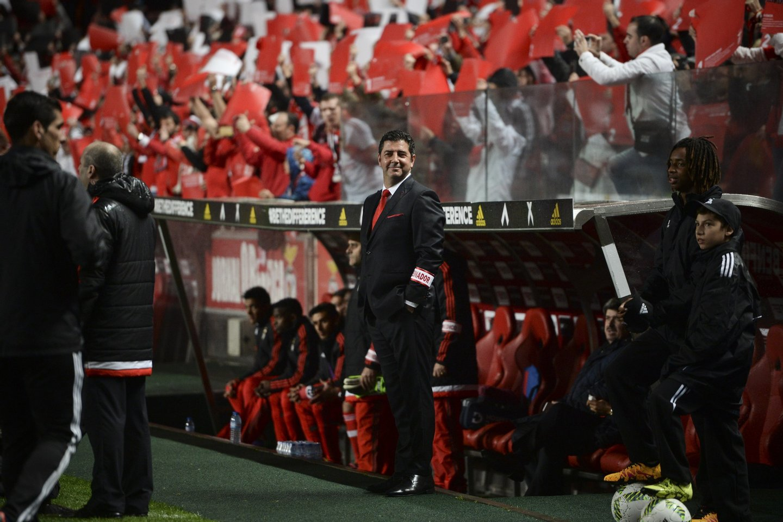Benfica's head coach Rui Vitoria (C) stands before the portuguese league football match SL Benfica vs FC Porto at Luz stadium in Lisbon on February 12, 2016. Porto won 2-1. / AFP / PATRICIA DE MELO MOREIRA (Photo credit should read PATRICIA DE MELO MOREIRA/AFP/Getty Images)
