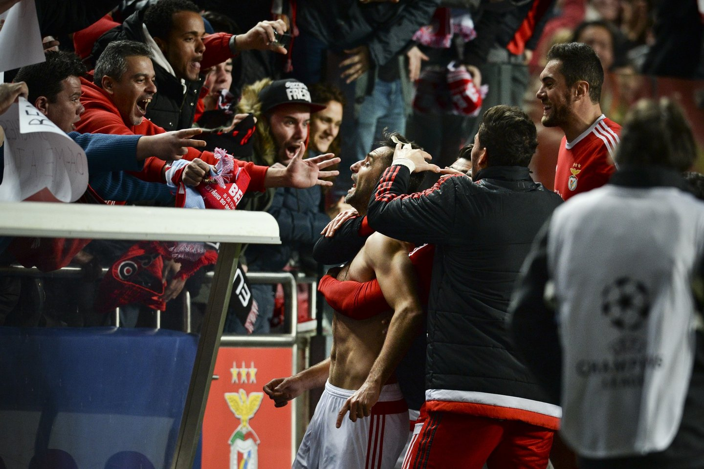 Benfica's Brazilian forward Jonas Oliveira (C) celebrates with the supporters after scroing during the UEFA Champions League round of 16 football match SL Benfica vs FC Zenith Saint-Petersburg at the Luz stadium in Lisbon on February 16, 2016. / AFP / PATRICIA DE MELO MOREIRA (Photo credit should read PATRICIA DE MELO MOREIRA/AFP/Getty Images)