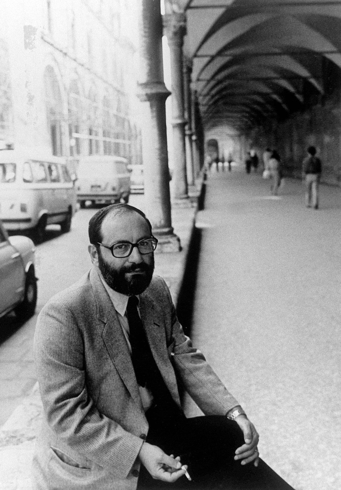 L'écrivain italien Umberto Eco, professeur à la faculté de philosophie et d'Arts de Bologne, pose le 30 septembre 1983 à Rome. (FILM) AFP PHOTO / AFP / - (Photo credit should read -/AFP/Getty Images)