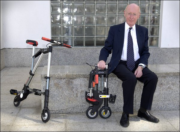 Sir Clive Sinclair com a sua mais recente invenção, a elétrica A-Bike