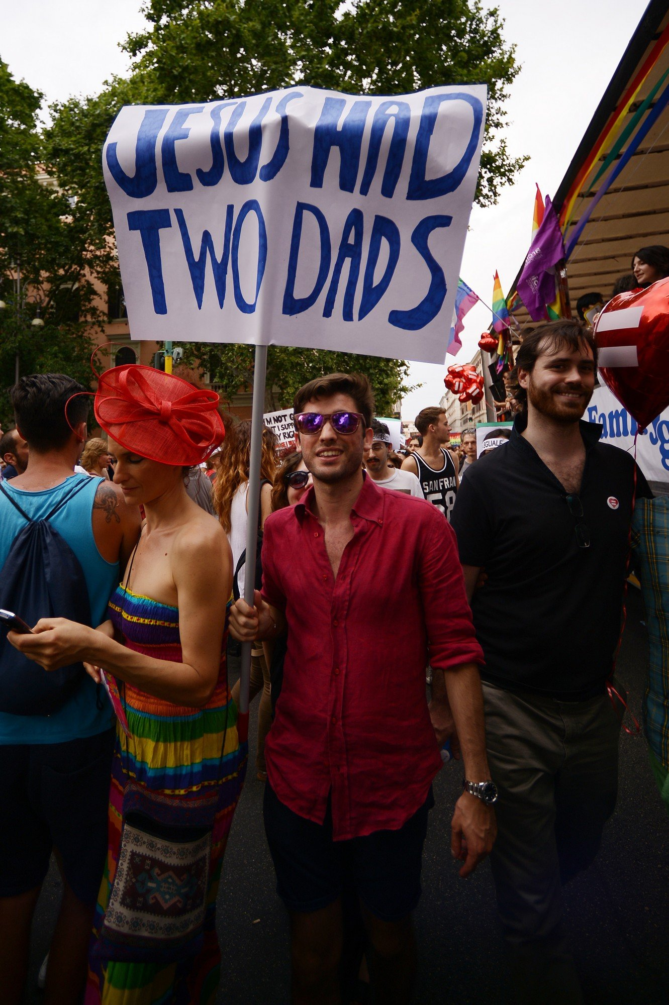 """A frase """"Jesus had two dads"""" (Jesus tinha dois pais), num cartaz, numa parada do Gay Pride, em Roma, 2015"""