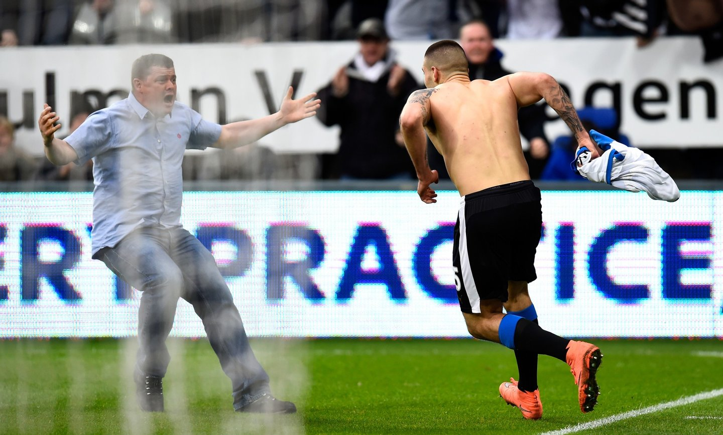 NEWCASTLE UPON TYNE, ENGLAND - MARCH 20: Aleksandar Mitrovic of Newcastle United ceebrates with a fan as he celebrates scoring their first and equalising goal during the Barclays Premier League match between Newcastle United and Sunderland at St James' Park on March 20, 2016 in Newcastle upon Tyne, United Kingdom. (Photo by Stu Forster/Getty Images)