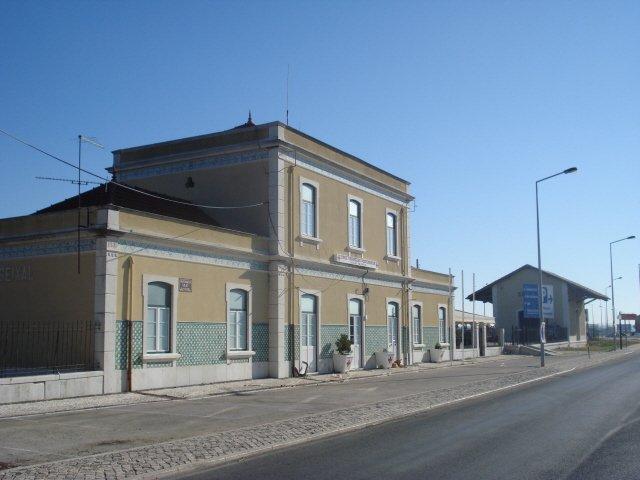 A antiga estação ferroviária do Seixal, há muito desativada, situa-se junto do novo terminal da Transtejo, junto ao parque de estacionamento que a serve.