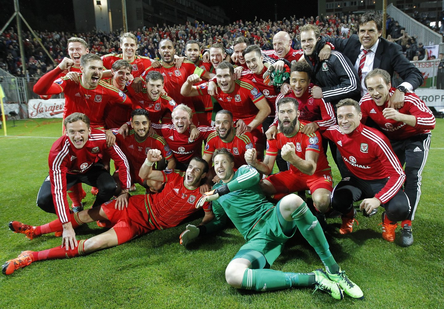 ZENICA, BOSNIA AND HERZEGOVINA - OCTOBER 10: Players of Wales national team celebrate the Euro 2016 qualifying football match between Bosnia and Herzegovina and Wales at the Stadium Bilino Polje in Elbasan on October 10, 2015. (Photo by Srdjan Stevanovic/Getty Images)