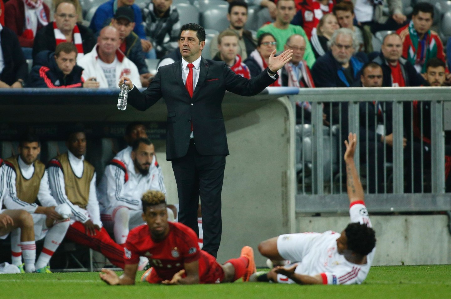 Benfica's coach Rui Vitoria (C) reacts during the Champions League quarter-final, first-leg football match between Bayern Munich and Benfica Lisbon in Munich, southern Germany, on April 5, 2016. Bayern Munich won the match 1-0. / AFP / ODD ANDERSEN (Photo credit should read ODD ANDERSEN/AFP/Getty Images)
