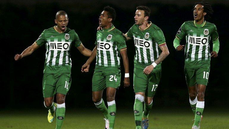 Rio Ave vence Vitória de Guimarães e 'cola' ao Arouca no ...
