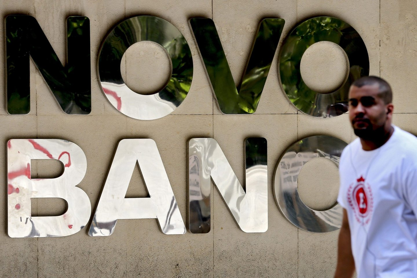 Sale of Novo Banco postponed