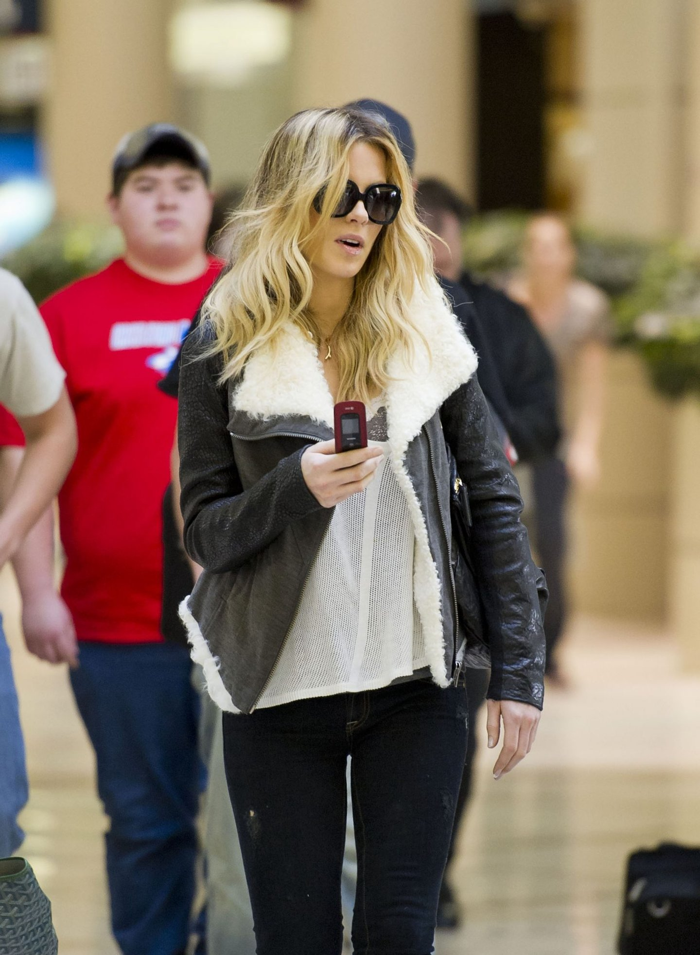 LOS ANGELES, CA - FEBRUARY 23: Kate Beckinsale is seen at Los Angeles International Airport on February 23, 2011 in Los Angeles, California. (Photo by GVK/HM/Bauer-Griffin/GC Images)