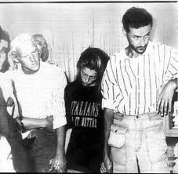 """Pieter Gronendijk, Diana Bayer e Filippo de Cristofaro no seu julgamento. Diana Bayer, de 17 anos, vestia uma tshirt que dizia """"Italians do it better""""."""
