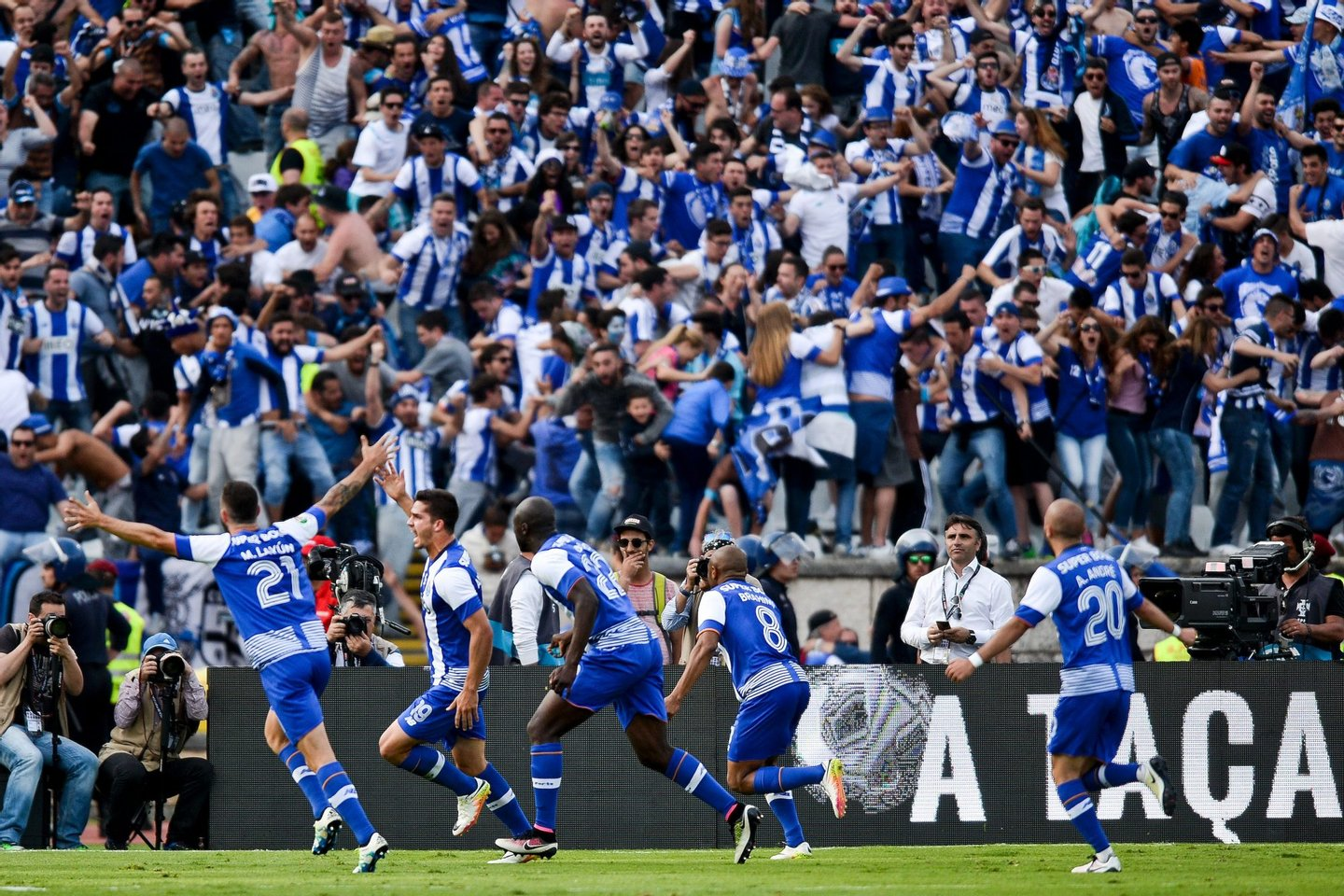 Porto's forward Andre Silva (2L) celebrates with his teammates after scored against SC Braga during the Portuguese Cup final football match FC Porto vs SC Braga at Jamor stadium in Oeiras, outskirts of Lisbon on May 22, 2016. / AFP / PATRICIA DE MELO MOREIRA (Photo credit should read PATRICIA DE MELO MOREIRA/AFP/Getty Images)