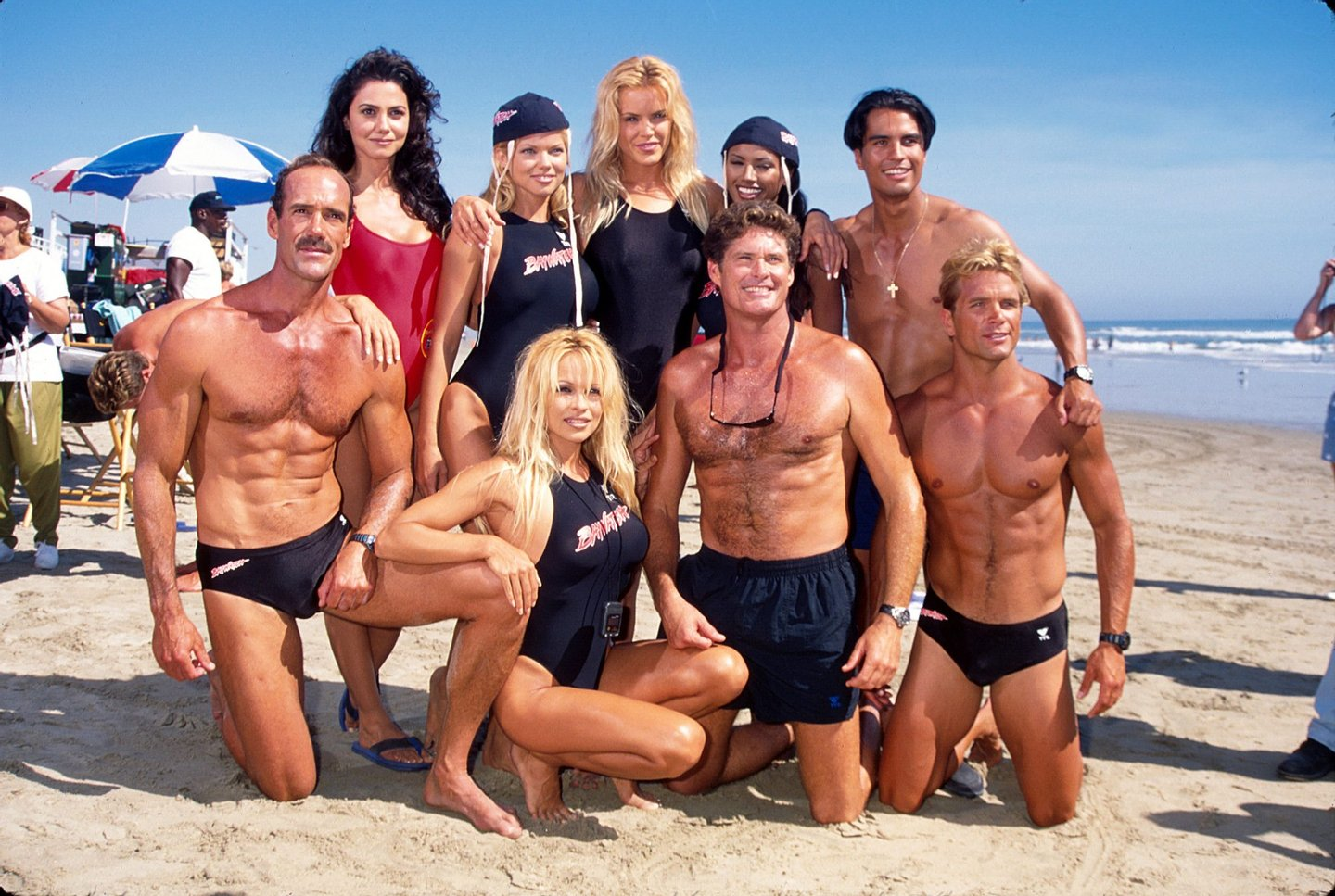 (kneeling 2L-R) Actors Pamela Anderson, David Hasselhoff and David Chokachi w. additional cast of television series Baywatch. (Photo by Mirek Towski/DMI/The LIFE Picture Collection/Getty Images)
