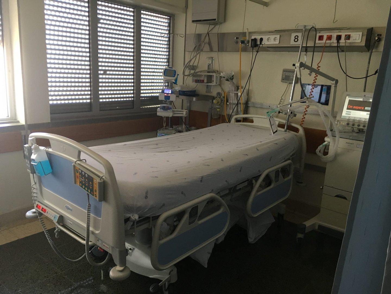 A unidade de cuidados intensivos dos neurocríticos nível III tem 10 camas. A mãe S. esteve, desde fevereiro, numa cama como a que aparece na fotografia